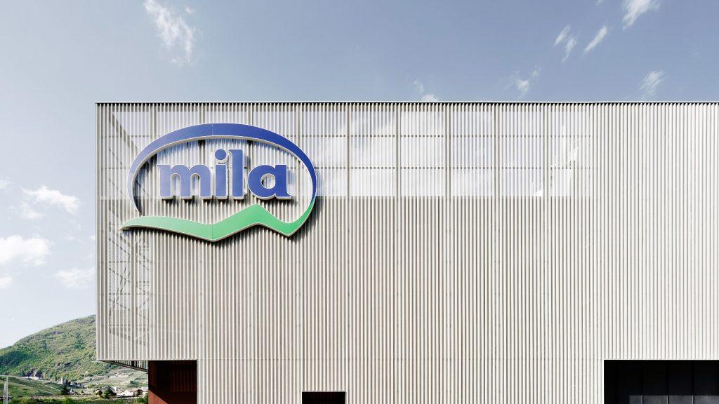 Lo stabilimento Mila di Bolzano, scandito da un nuovo involucro di facciata che dona all'edificio una veste leggera e contemporanea © Oskar DaRiz