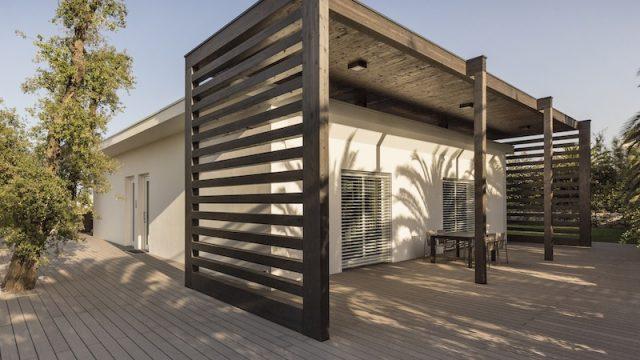 I frangisole in legno completano il quadro delle strategie sostenibili e di riduzione dei consumi di Villa Miriam.