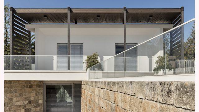 Legno, intonaco bianco e pietra: lo stile di Villa Miriam comunica con il territorio pugliese.