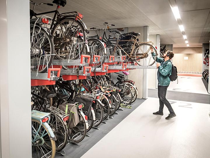 Attualmente il parcheggio è in grado di ospitare 7.500 biciclette, con la previsione di raggiungere la piena capacità di 12.500 posti entro la primavera del 2019 © CU2030.nl