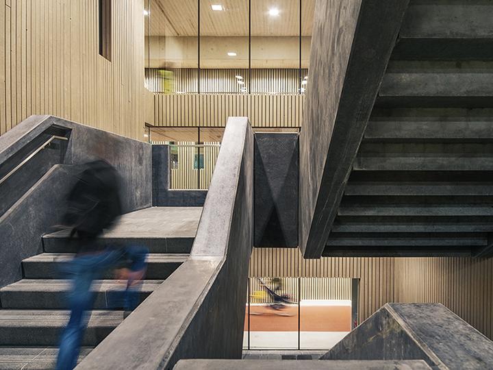La combinazione dei materiali utilizzati, cemento, acciaio e legno, crea un'atmosfera accogliente e piacevole © Petra Appelhof | Ector Hoogstad Architecten