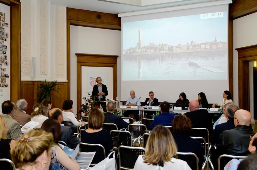 © Settef – Urban Center Milano: Gianandrea Barreca durante la presentazione della collezione Urbanocromie