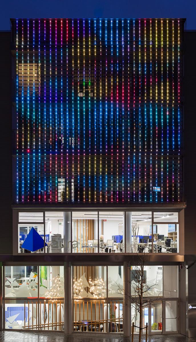 La facciata disegna un ritmo di luci e colori e rafforza l'identità dell'azienda © Simón García/arqfoto