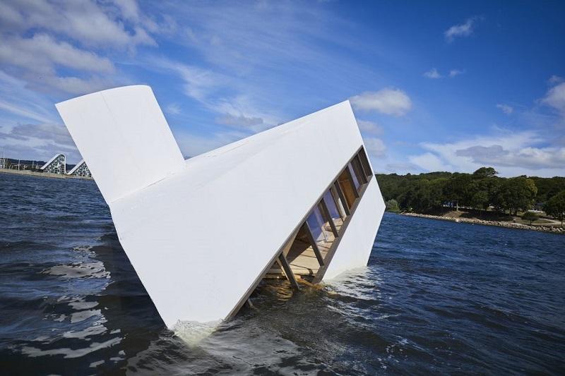 Asmund Havsteen-Mikkelsen: Flooded Modernity. Floating Art 2018, Vejle Fjord. Foto: Kenneth Stjernegaard (fonte kunsten.nu)
