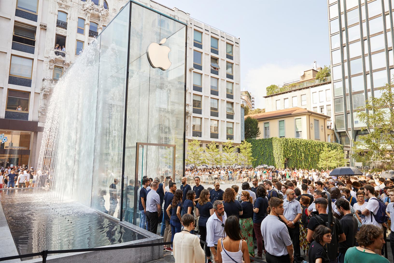 Foster + Partners, Apple Piazza Liberty, Milano - la scenografica fontana avvolge il portale in vetro con getti d'acqua continui che creano un effetto scenografico e sensoriale