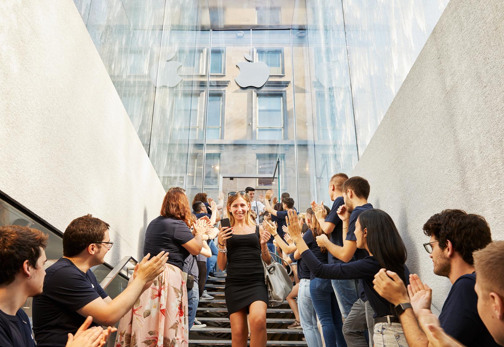 Foster + Partners, Apple Piazza Liberty, Milano - la scalinata all'interno del portale in vetro, sospesa tra acqua e cielo, conduce al negozio interrato e diventa essa stessa un'installazione scultorea