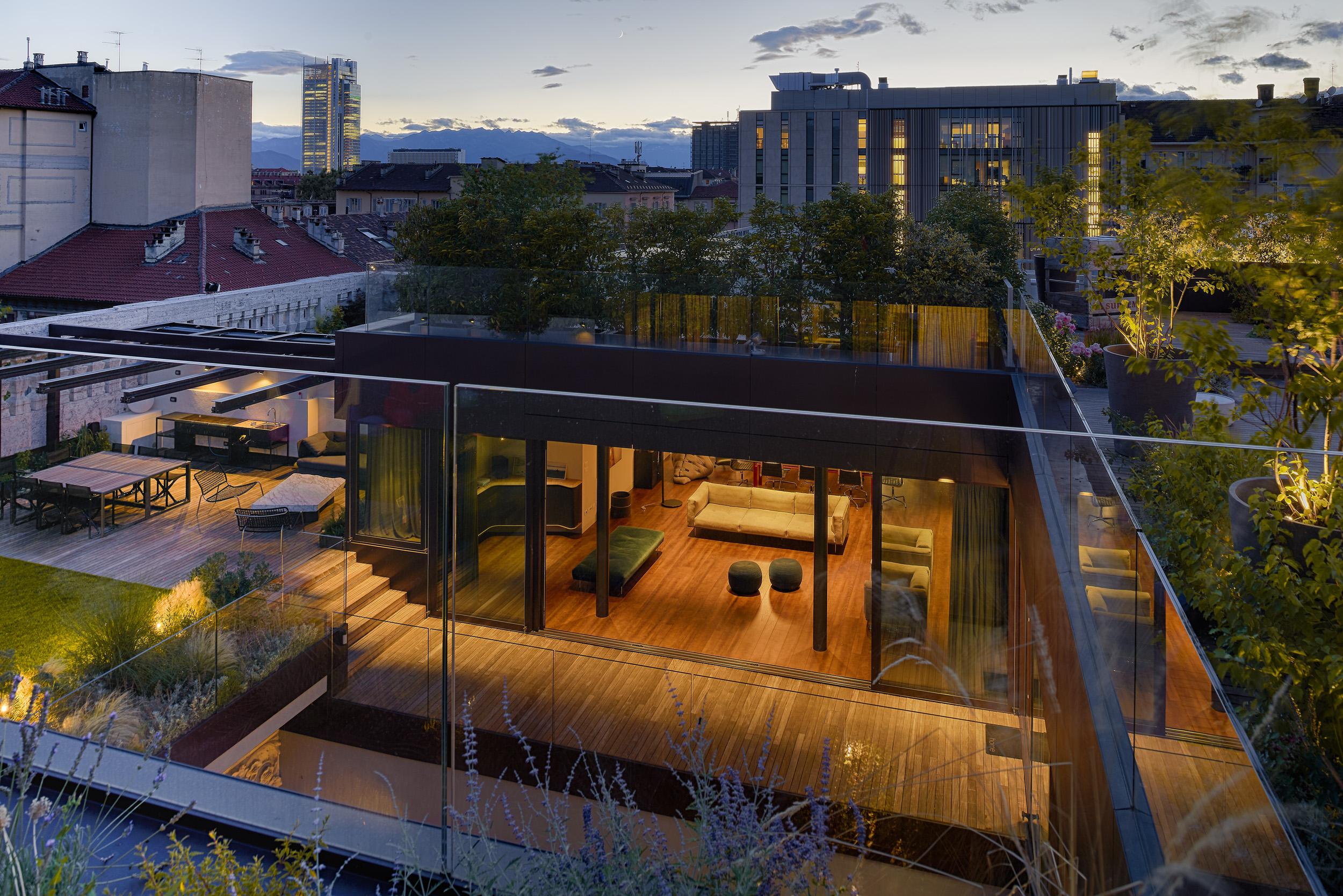 Vista degli eleganti penthouse, concepiti come ville urbane con giardini pensili sviluppati attorno a grandi terrazze multi-livello © Fabio Oggero