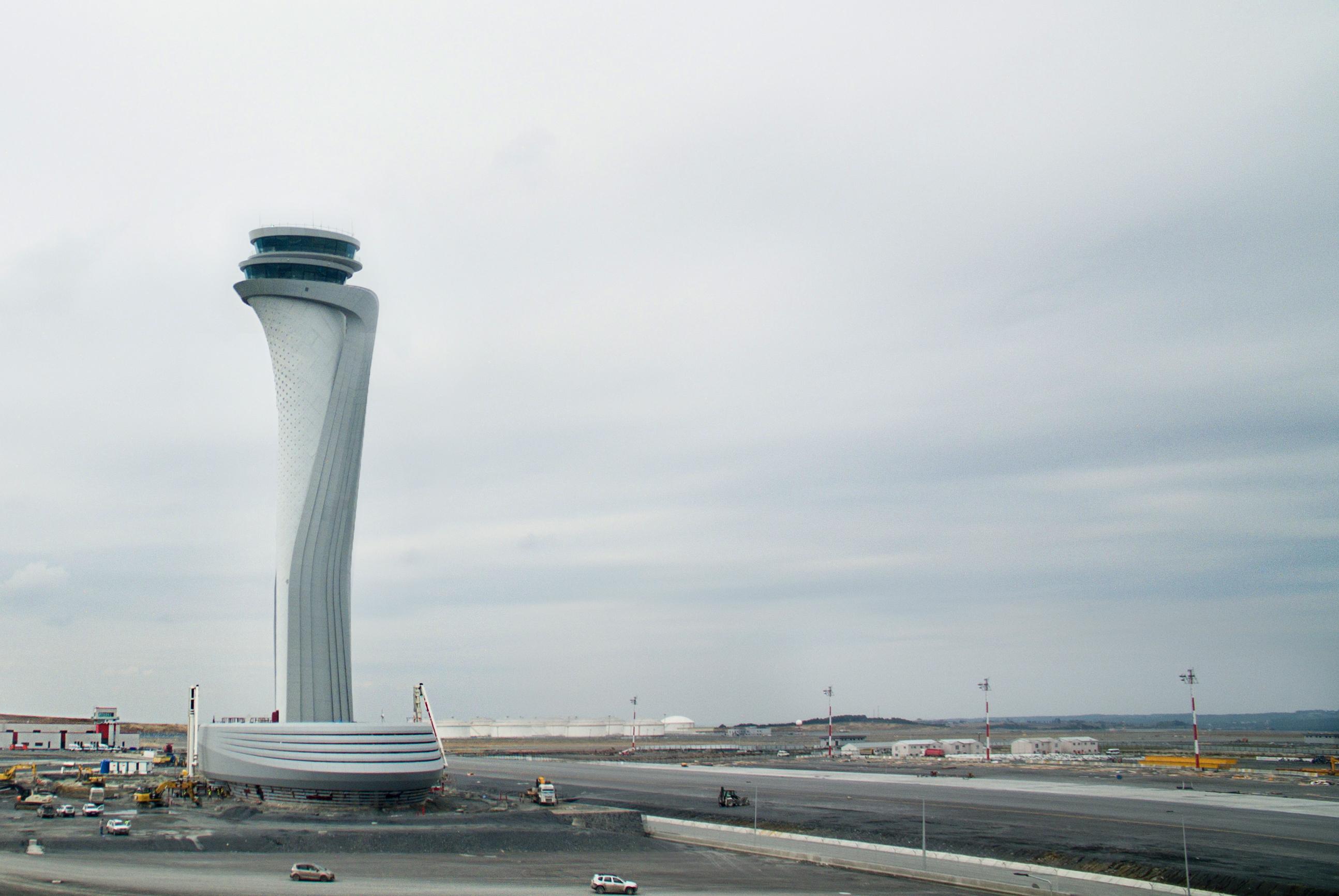 La torre si eleva per 90 metri e culmina con due aree di controllo che garantiscono una visuale a 360° sull'aeroporto © Pininfarina e Aecom